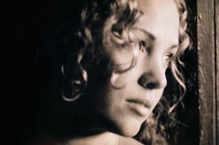 Mulher com cabelos encaracolados -Corbis