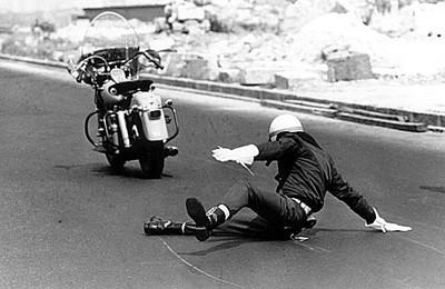 A queda do batedor da FAB, Rio de Janeiro, 1965. ₢ Evandro Teixeira