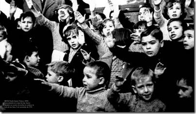 Fiesta infantil cárcel S. Antón (Madrid) recibir reclusos visita hijos, 5 nov 39